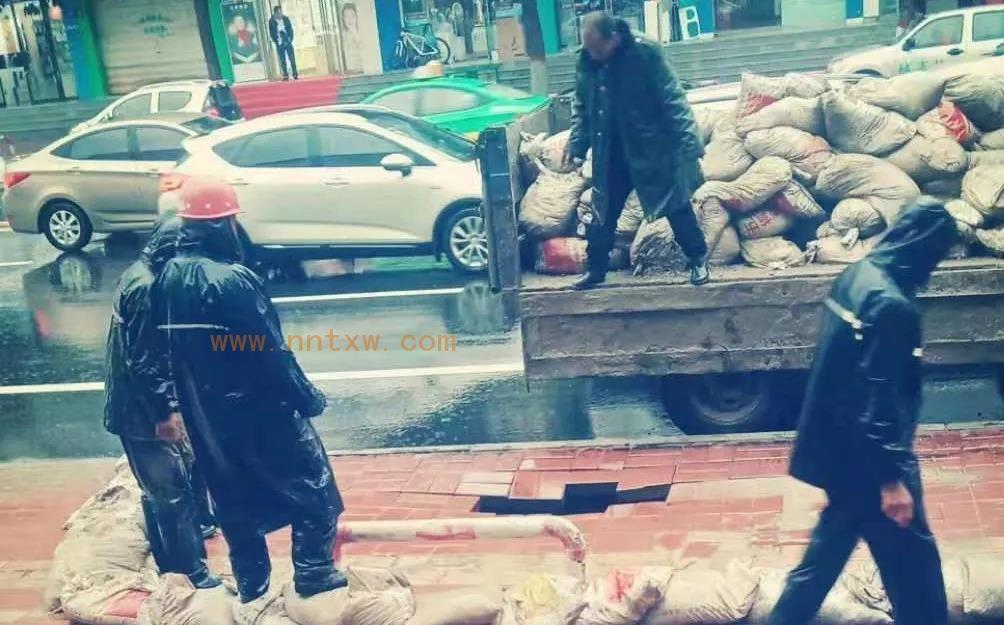 暴雨致固原城区多路段积水、塌陷,七旬老人加入抢修队伍