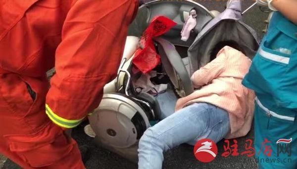 女子驾驶电动车摔倒支架扎进小腿 情况紧急