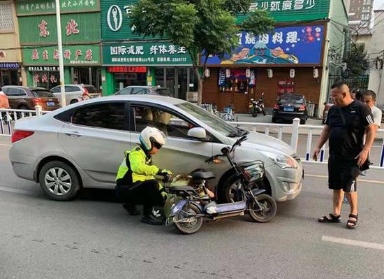 女子因车祸受伤昏迷 漯河骑警及时救助